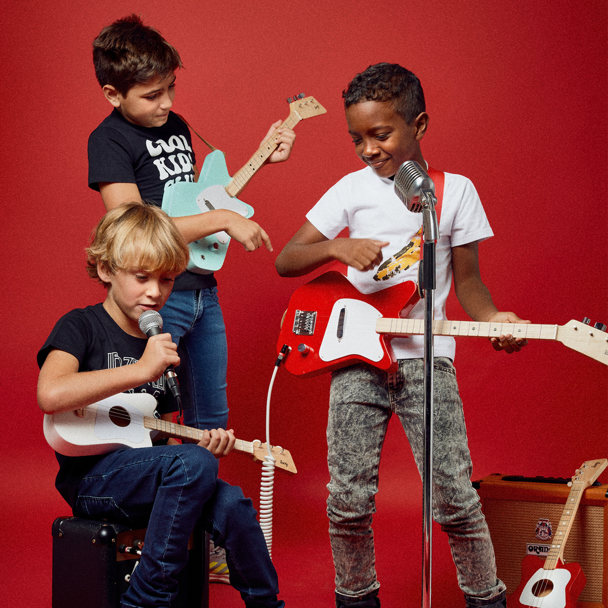 Loog Guitars Mini Guitar in White with kids