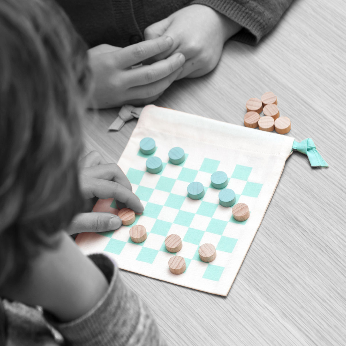 Les Jouets Libres Time To Play Checkers Set in Airplane with kids