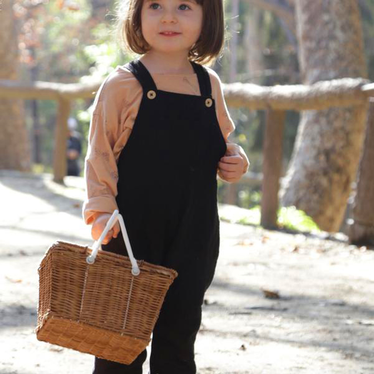 Olli Ella Piki Picnic Basket with girl
